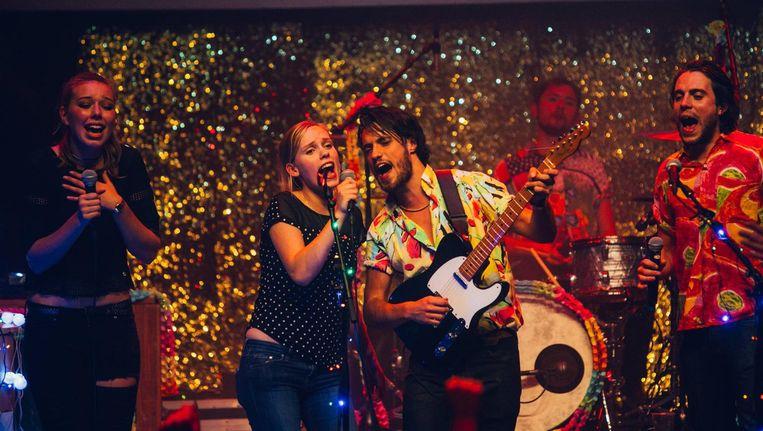 Vergeet auditie doen: dit weekend ben je zelf direct de leadzanger van de Tante Joke Karaoke Band. Beeld Het Rijk Alleen
