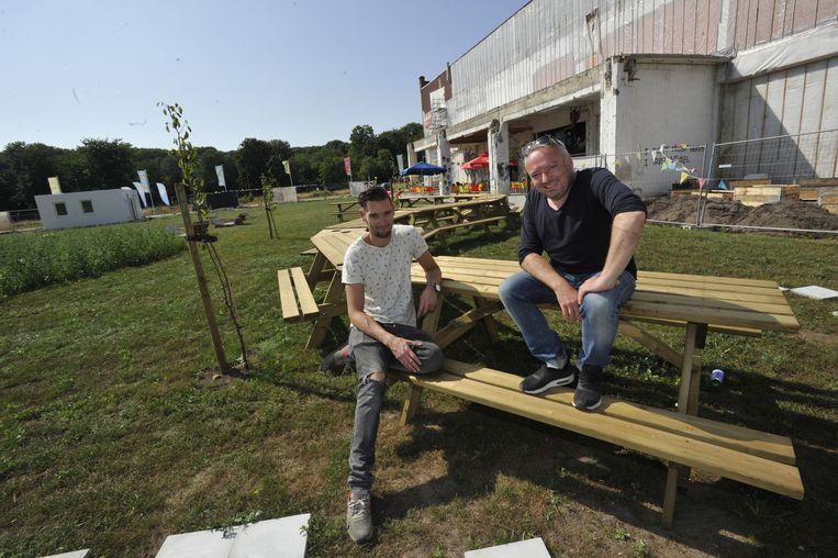 Sven Marien en Didier Cortois van de Kruitfabriek op de langste picknickbank van de stad.