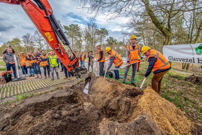 Een archieffoto van de start van project Glasvezel Buitenaf. De eerste schop ging symbolisch de grond in. De wethouders Patrick van der Velden (Bergen op Zoom), Jeffrey van Agtmaal (Woensdrecht), Wilma Baartmans (Steenbergen) en Hans Wierikx (Halderberge) groeven de eerste gleuf.