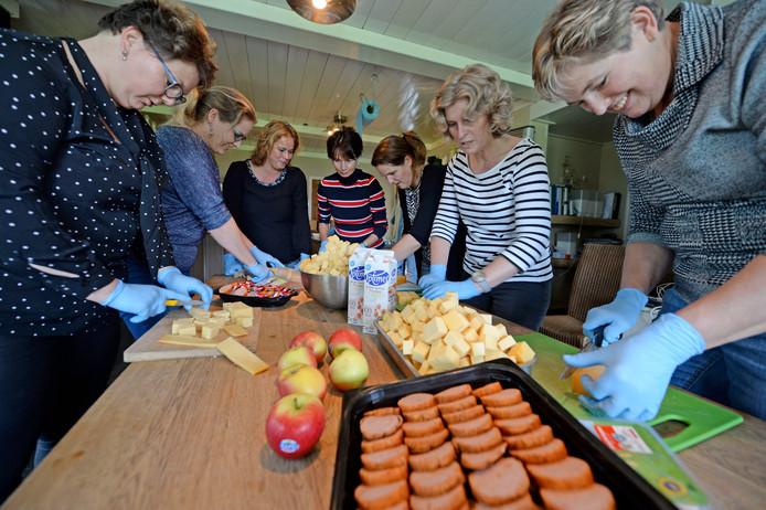 De boerinnen maken in de keuken van boerin Miranda Bonthuis in Zenderen de traktatie voor de leerlingen van de basisscholen.