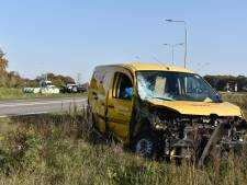 Gewonde en enorme ravage na botsing tussen busje en pick-up truck bij Vriezenveen