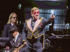 Elton John s'en prend aux gardes de sécurité pendant un concert