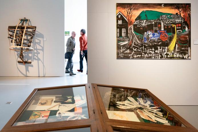Ruimte in Het Noordbrabants Museum met links achter werk van Caren van Herwaarden (Larger than life 2, 201807) en rechts Leon Adriaans (Weg van de kunst 2, 1998). Foto Marc Bolsius