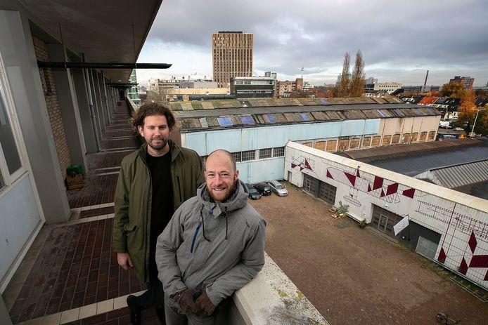 Raoul Vleugels (links) en Philippe Rol van het Eindhovens Woongenootschap op de zusterflat op het VDMA-terrein aan de Vestdijk in Eindhoven. Hier zou hun Woongenootschap gevestigd moeten worden met zo'n 35 woningen.