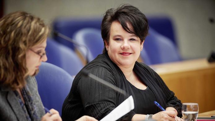 Minister Edith Schippers (links) van Volksgezondheid en staatssecretaris Sharon Dijksma van Economische Zaken.