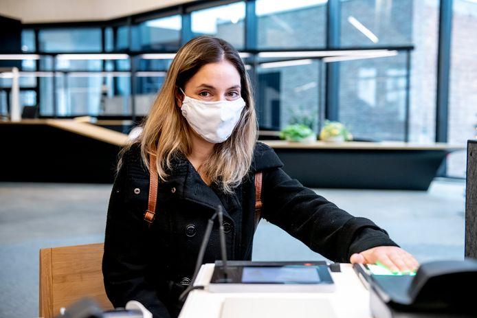 Stad Hasselt reikte afgelopen week de eerste eID met vingerafdruk uit aan de Hasseltse Valerie Persoons.
