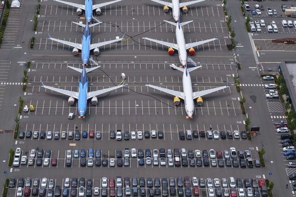 Een 100-tal 737 MAX- toestellen staan bij Boeing zelf - hun autoparking in Seattle moest vrijgemaakt worden om ze een plek te kunnen geven. De 400 andere staan bij de luchtvaart- maatschappijen wereldwijd.