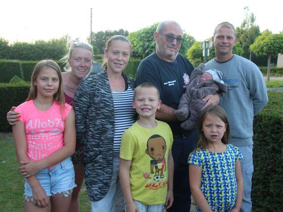 Ambulancier Ronny Van Wesepoel wachtte ouders Sabrina Delaere en David De Tollenaere samen met de andere kinderen en meter Kirsty donderdagavond op toen ze thuiskwamen met hun zesde kindje Mayllo.