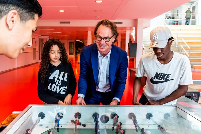Maurits Depla, de nieuwe directeur van het Trajectum College in Overvecht, te midden van  'zijn' leerlingen.