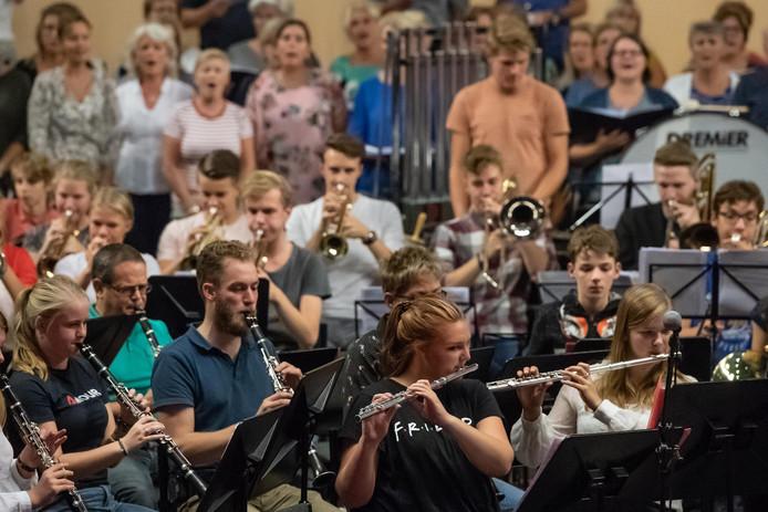 Muzikanten en zangers van veel Hengelose verenigingen spelen de generale repetitie van The Proms.