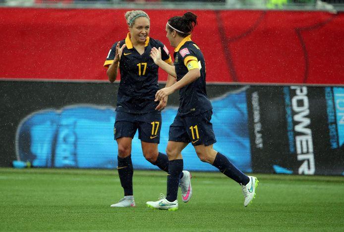 Kyah Simon (l) viert haar doelpunt tegen Brazilië op het WK van 2015 in Canada met Lisa De Vanna.