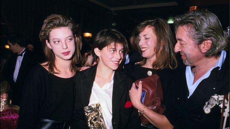 Kate Barry samen met haar halfzus Charlotte Gainsbourg, moeder Jane Birkin en stiefvader Serge Gainsbourg bij de 'Cesar' Award Ceremony in Parijs (1986).