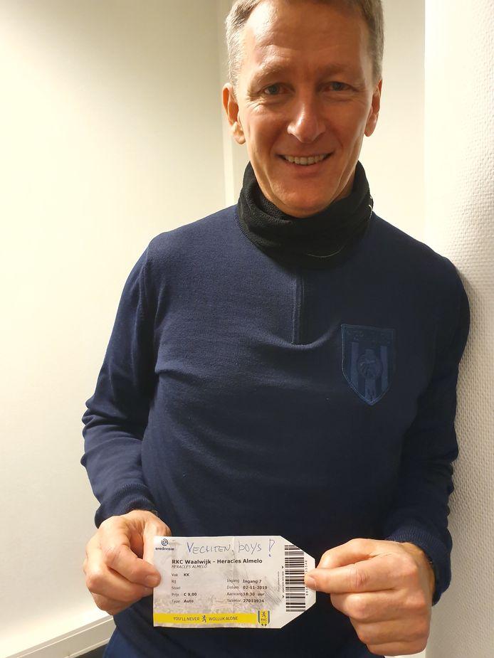 Frank Wormuth met het toegangsbewijs dat hij van een fan kreeg.