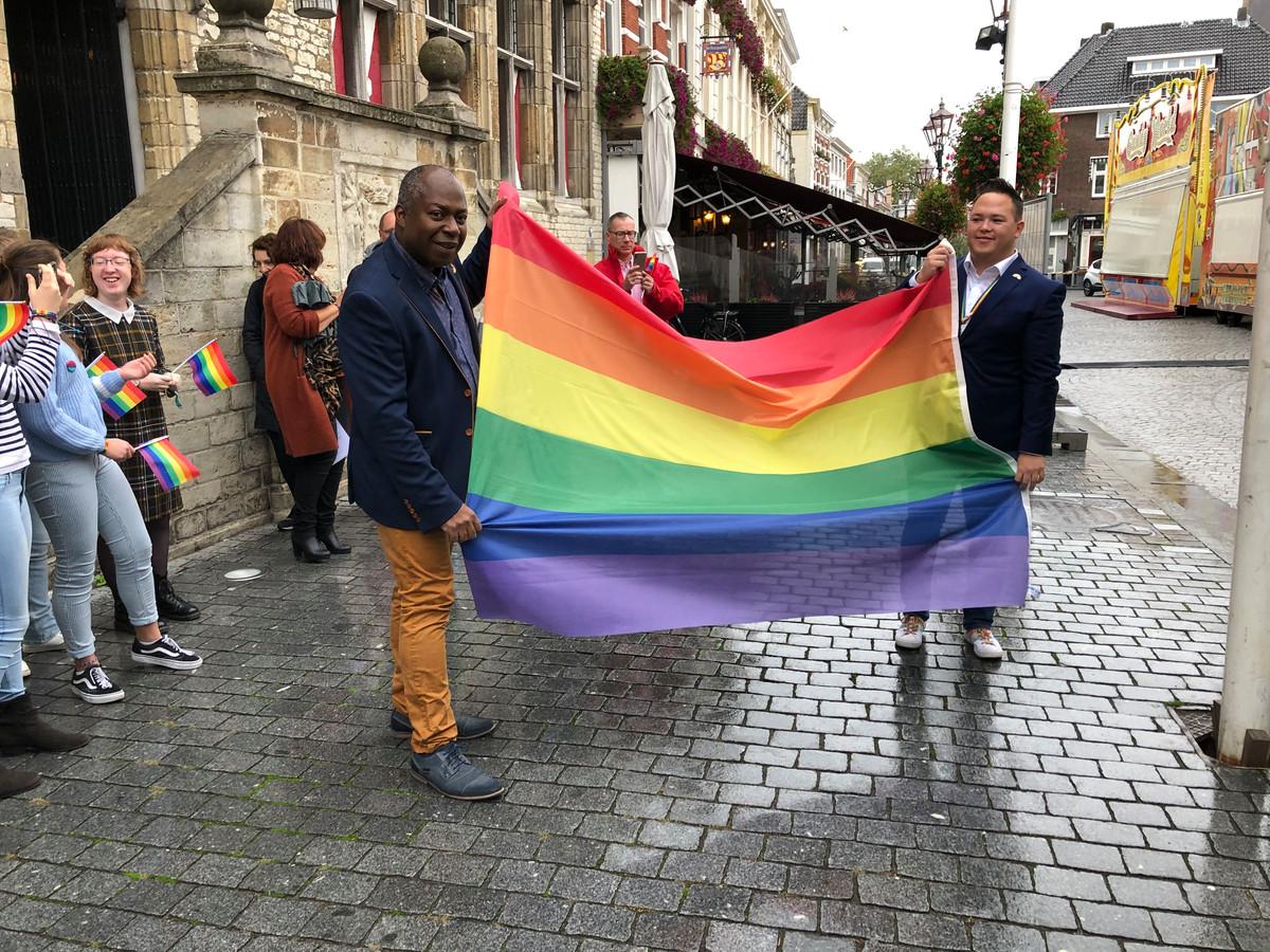 Wethouder Andrew Harijgens en COC-voorzitter Rick Davis met de regenboogvlag in Bergen op Zoom, als symbool voor de homobeweging.