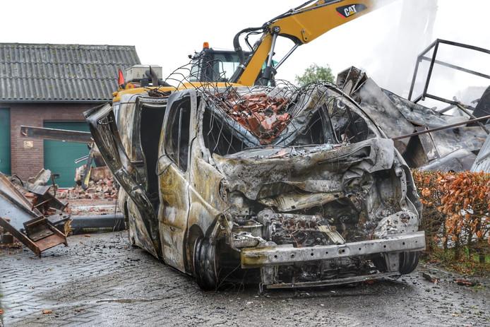 De schoonzoon van de bewoners had zijn bestelbus met dj-spullen in de boerderij gestald. Het busje en alle spullen gingen in vlammen op.