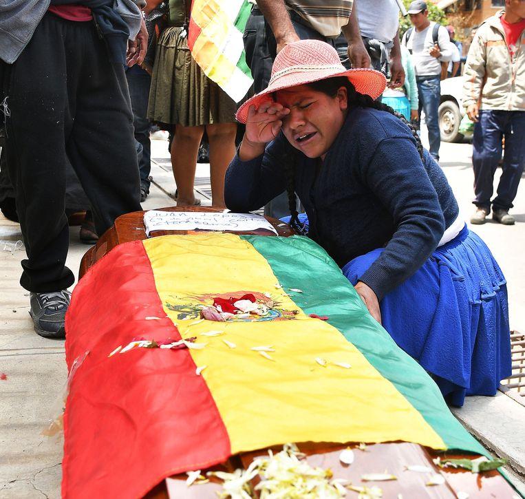 Een vrouw huilt bij de doodskist van een van de slachtoffers van de schermutselingen in Cochabamba op 16 november.