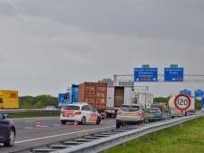 A4 bij Bergen op Zoom weer vrij na ongeval met vrachtwagens, snelweg lag deels bezaaid met uien
