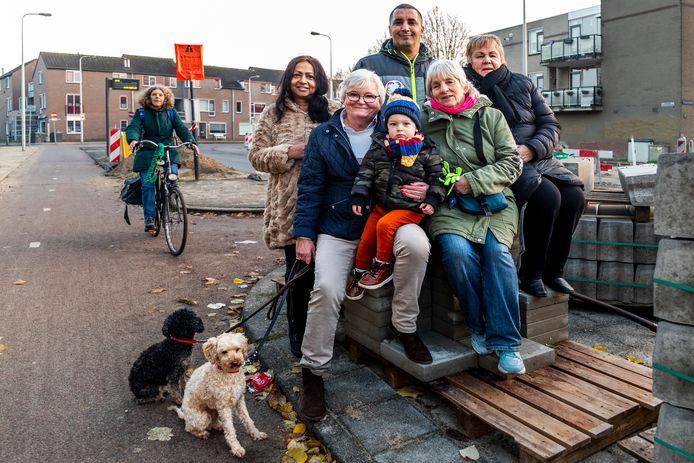 Astrid Hendriksen (tweede van rechts) betreurt het besluit van het provinciebestuur.