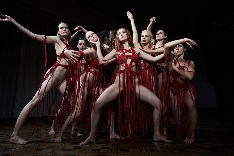 De danseressen in Suspiria, met in het midden Susie (Dakota Johnson). Beeld