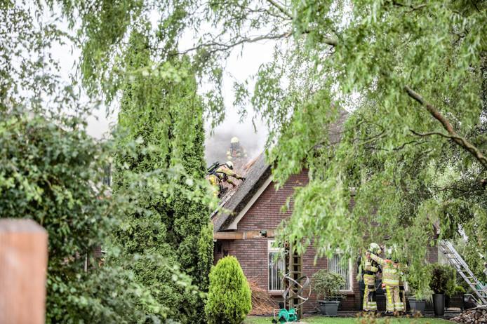De brand brak uit in een rietgedekte woning in Oudleusen.