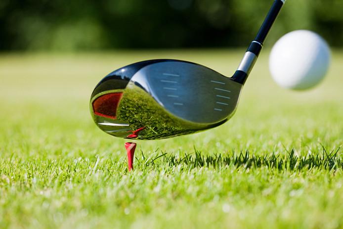 De man werd levensgevaarlijk verwond met een golfclub.