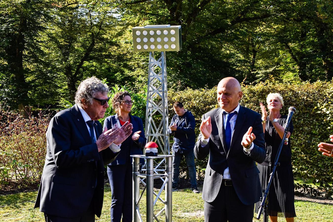 Replica lichtmast uit de Kuip op de Zuiderbegraafplaats. Links Gerard Meijer.