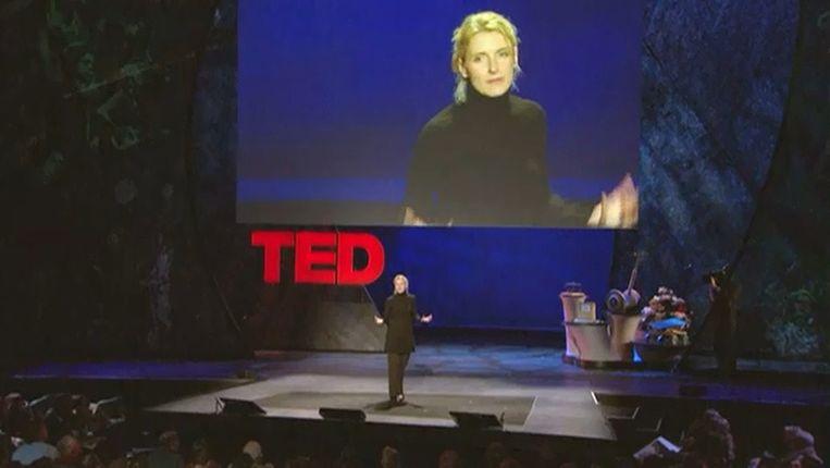 Schrijfster Elizabeth Gilbert op TED. Beeld