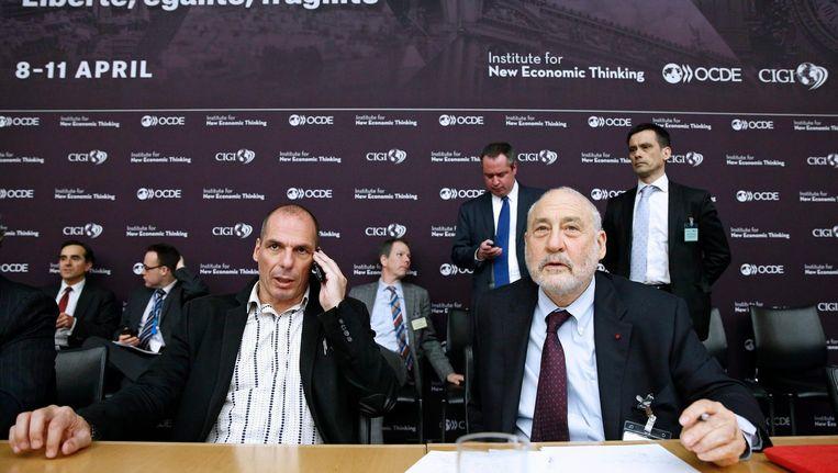 Joseph Stiglitz op 9 April 2015 met toenmalig Grieks minister van Financiën Yanis Varoufakis op de jaarlijkse conferentie van het Institute for New Economic Thinking (INET) in Parijs. Beeld null