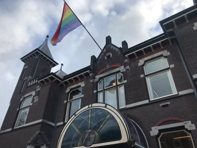 Het gemeentehuis van Baarn heeft eveneens de regenboogvlag gehesen.