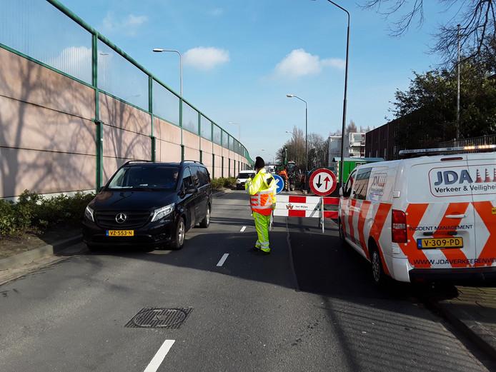 Een verkeersregelaar van JDA Verkeer en Veiligheid uit Kaatsheuvel aan het werk.