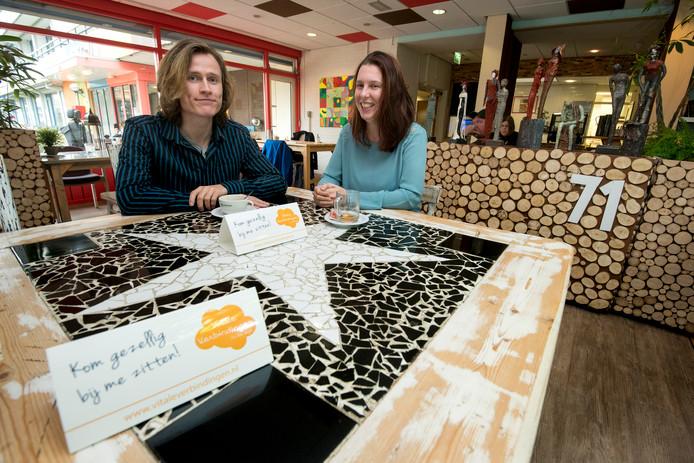 De vrijwillige Djurre Thomassen en Dorien Stoll presenteren hun eerste bordjes in huiskamerrestaurant Sama Sama in Arnhem-Zuid.