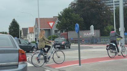 Twee fietsers aangereden op rotonde Parklaan op kwartier tijd