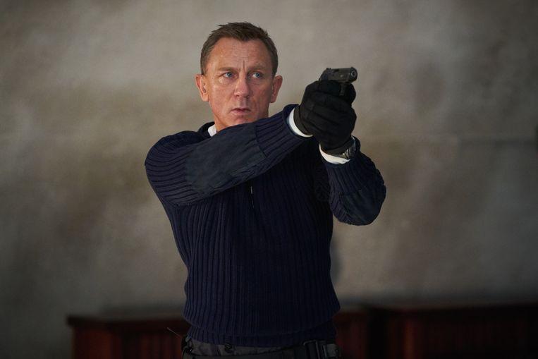 Daniel Craig als Bond in de navy trui van het merk N.Peal, prijs:  395 euro. Beeld