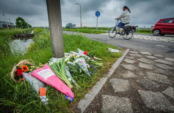 Bij de plaats van het ongeval zijn bloemen neergelegd.
