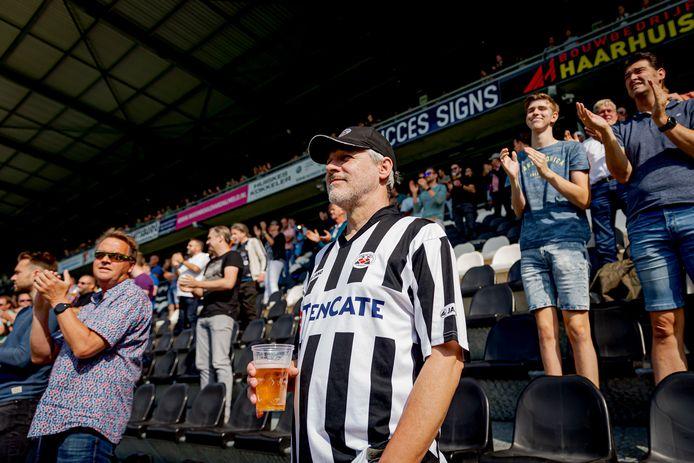 Fans van Heracles applaudisseren voor hun ploeg in het duel met ADO Den Haag. Applaus was wel toegestaan, juichen echter niet.