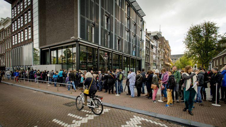De dagelijkse rij wachtenden voor het Anne Frank Huis. Beeld anp