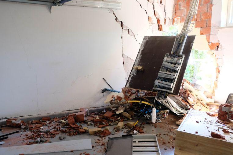 De schade in de woning is groot: alle nutsleidingen zijn geraakt en de muren zijn gebarsten.