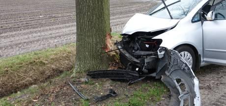Auto ramt lantaarnpaal en botst tegen boom in Sibculo: bestuurder naar ziekenhuis