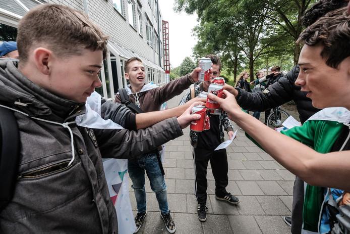 Met een biertje proosten geslaagde vmbo-leerlingen van het Candea College in Duiven op het afsluiten van hun middelbare schoolperiode.