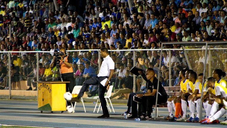 Patrick Kluivert (staand in het midden) als adviseur en coach op de bank bij Curaçao. De ploeg won met 2-1 tegen Montserrat. Beeld anp