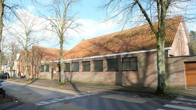 De leegstaande school in de Lindedreef.
