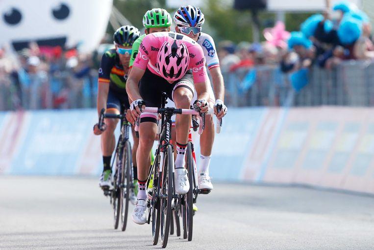 Tom Dumoulin finisht met achterstand tijdens de negentiende etappe van de Giro. Beeld ANP