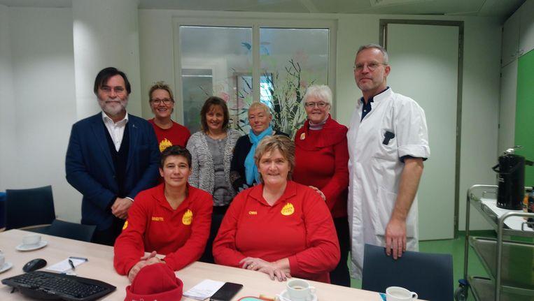 Professor Yves Benoit en dokter Joris Verlooy samen met Chris Van Hees, Brigitte Van Aert, Maria Konings, Anni de Koning, Lean van der Kloot en Anita Valkenburg.