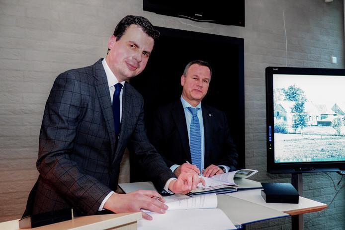 De Tilburgse wethouder Berend de Vries tekent de overeenkomst, gadegeslagen door de Goirlese burgemeester Mark van Stappershoef.