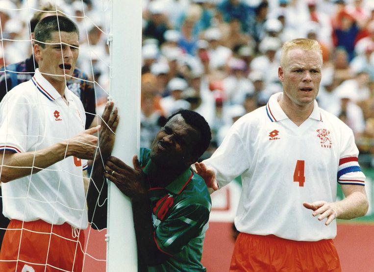 WK 1994 Nederland-Marokko 2-1. Hassan Nader, de maker van het Marokkaanse doelpunt heeft het zwaar te verduren tegen Wim Jonk en Ronald Koeman (r). Beeld ANP