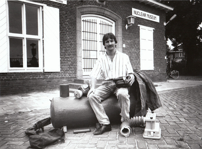 Johan Vlemmix, bekende Eindhovenaar. Verkocht in de jaren tachtig allerlei producten ter bescherming tegen de gevolgen van een nucleaire explosie, waaronder complete schuilkelders. De schuilkelderhandel liep slecht, waarna Vlemmix in zijn pand aan de Marconilaan een nucleair museum opende (later Soestdijk II).