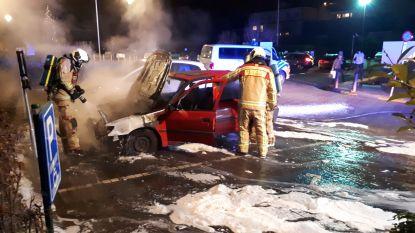 Auto brandt uit op parking ziekenhuis terwijl eigenaars op ziekenbezoek zijn
