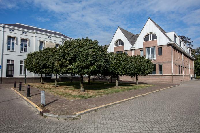 Het groenstrookje bij de ingang van het gemeentehuis in Geldrop. Hier moet de nieuwe raadzaal komen.