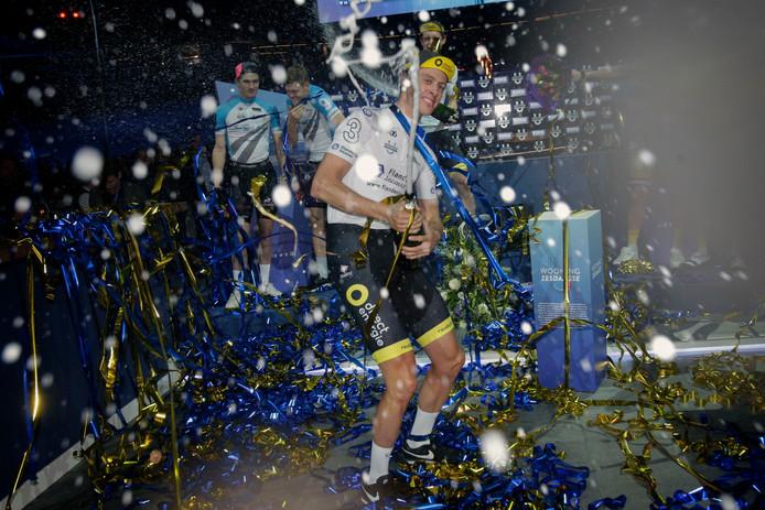 Niki Terpstra viert feest na zijn zege in Rotterdam.