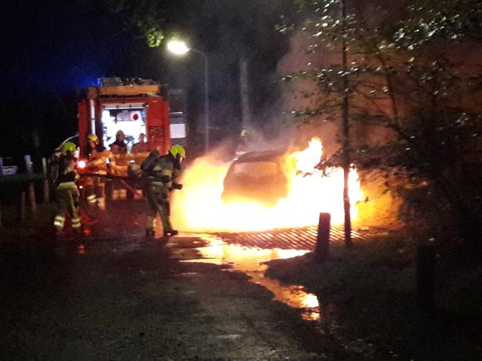 De brandende auto aan de Nijmeegsebaan.
